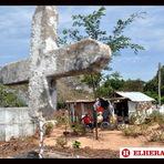 """Curiosidades - Colombiano constrói """"puxadinho"""" na tumba da mulher."""