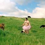 Fotógrafo faz auto-retratos vestindo somente uma saia de bailarina