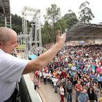Celebridades - Lula de volta aos braços do povo