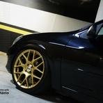 Automóveis - Celta preto rebaixado tem estilo com rodas grandes douradas