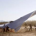 Entretenimento - Avião de papel gigante requer equipe com mais de oito para ser lançado