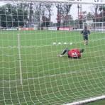 Futebol - Sob chuva, sobra para Paulo Victor deitar e rolar no campo encharcado