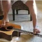 Entretenimento - Uns reclamam da vida, outros tocam violão