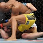 Esportes - Anderson Silva nocauteia falastrão Chael Sonnen e vence 'luta do século'