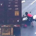 Mulher + moto + sinal vermelho = ?