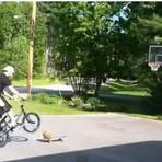 Basquete - Garoto marca cesta com uma bicicleta e um skate