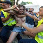 Futebol - Feministas de Topless protestam antes do jogo da França x Suécia