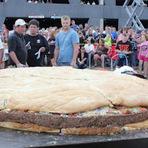 Entretenimento - Chefs preparam hambúrguer de 914 quilos nos EUA e batem recorde