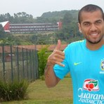 Futebol - Daniel Alves enche a bola de Cotia