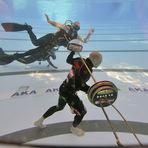Entretenimento - Romeno anda 33 m debaixo d'água com peso de 59 quilos e bate recorde