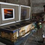 Entretenimento - Fábrica nas Filipinas constrói caixão equipado com sistema de karaokê