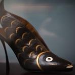Entretenimento - Sapato de salto alto no formato de peixe é atração de exposição