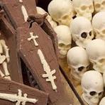 Feira exibe chocolate no formato de câmera, sapato, caixão e até esqueleto