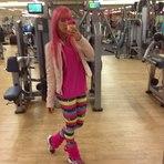 Panicat Thais Bianca posta fotos no Twitter com a roupa combinando com o cabelo