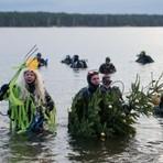 Entretenimento - Mergulhadores fantasiados de árvore de Natal nadam em lago na Alemanha