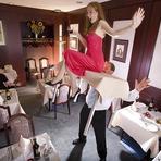 Diversos - Homem leva mulher com a força de dentes ao longo de 20 metros!!!