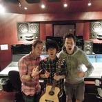 Entretenimento - Pierre e Chuck em estúdio com Taka, da One Ok Rock