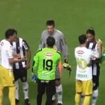 Futebol - Todo mundo ama Ronaldinho Gaúcho. Veja o cumprimento de seus adversários!