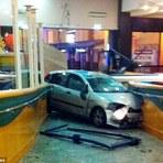 Violência - Mulher destrói carro de ex-namorado por causa de status no facebook