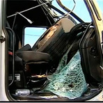 Pneu solto atinge cabine de carreta e motorista sobrevive no ES