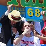 Homem come 69 Hot Dogs em 10 minutos, quebra recorde e vence tradicional concurso nos EUA