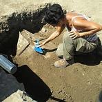 Educação - Estranho sarcófago de chumbo descoberto na antiga metrópole de Gabii, Itália.