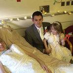 Mulher doente se casa com namorado em enfermaria de hospital