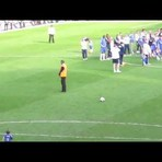 Entretenimento - Criança anima o estádio inteiro fazendo o gol mais fofinho da história do futebol