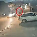 Violência - Carro em alta velocidade invade contramão e mata motoqueiro